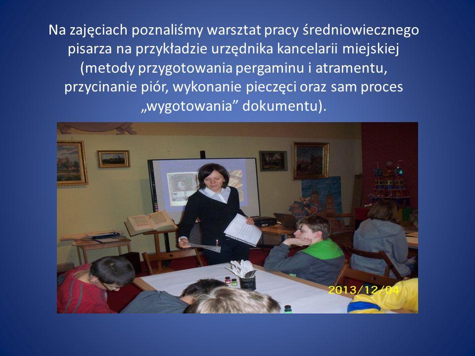 Na zajęciach poznaliśmy warsztat pracy średniowiecznego pisarza na przykładzie urzędnika kancelarii miejskiej (metody przygotowania pergaminu i atramentu, przycinanie piór, wykonanie pieczęci oraz sam proces wygotowania dokumentu).