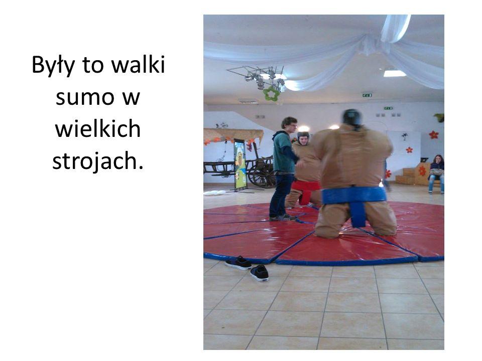 Były to walki sumo w wielkich strojach.