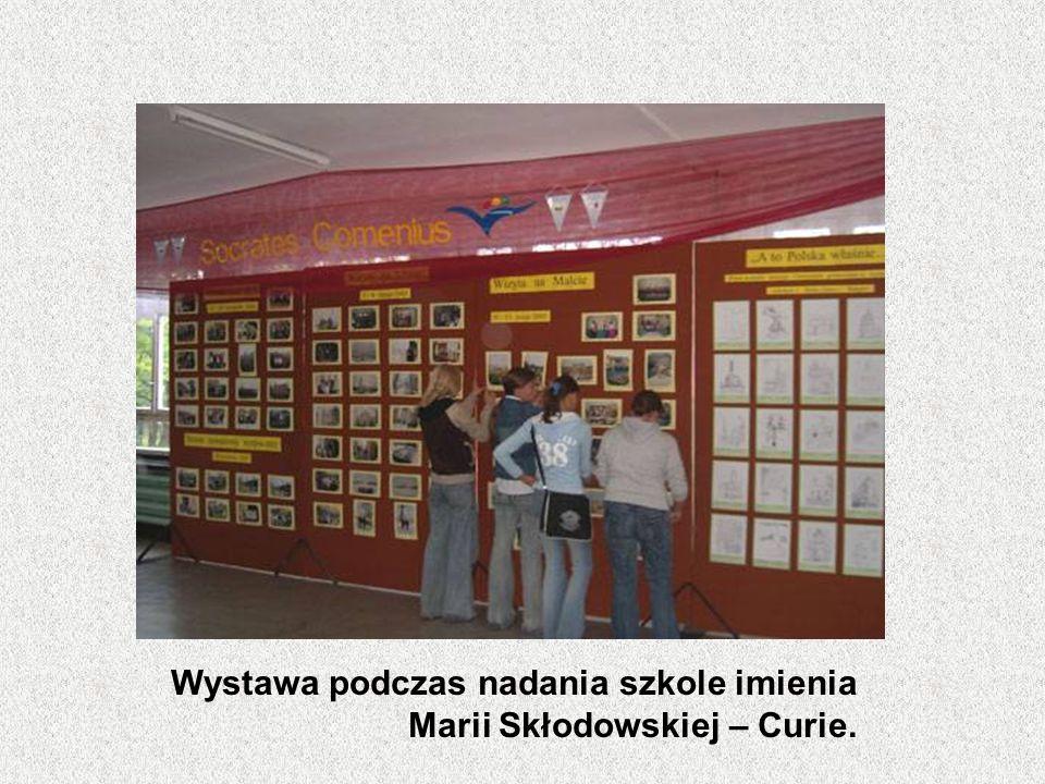 Wystawa podczas nadania szkole imienia Marii Skłodowskiej – Curie.