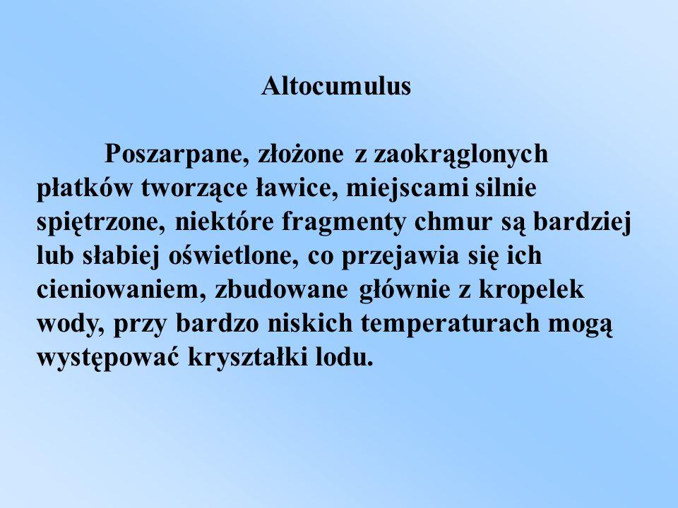 Altocumulus Poszarpane, złożone z zaokrąglonych płatków tworzące ławice, miejscami silnie spiętrzone, niektóre fragmenty chmur są bardziej lub słabiej