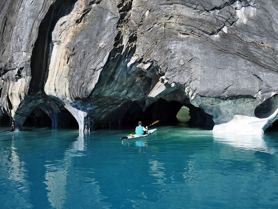 Do jaskiń turyści są przewożeni małymi łódkami.