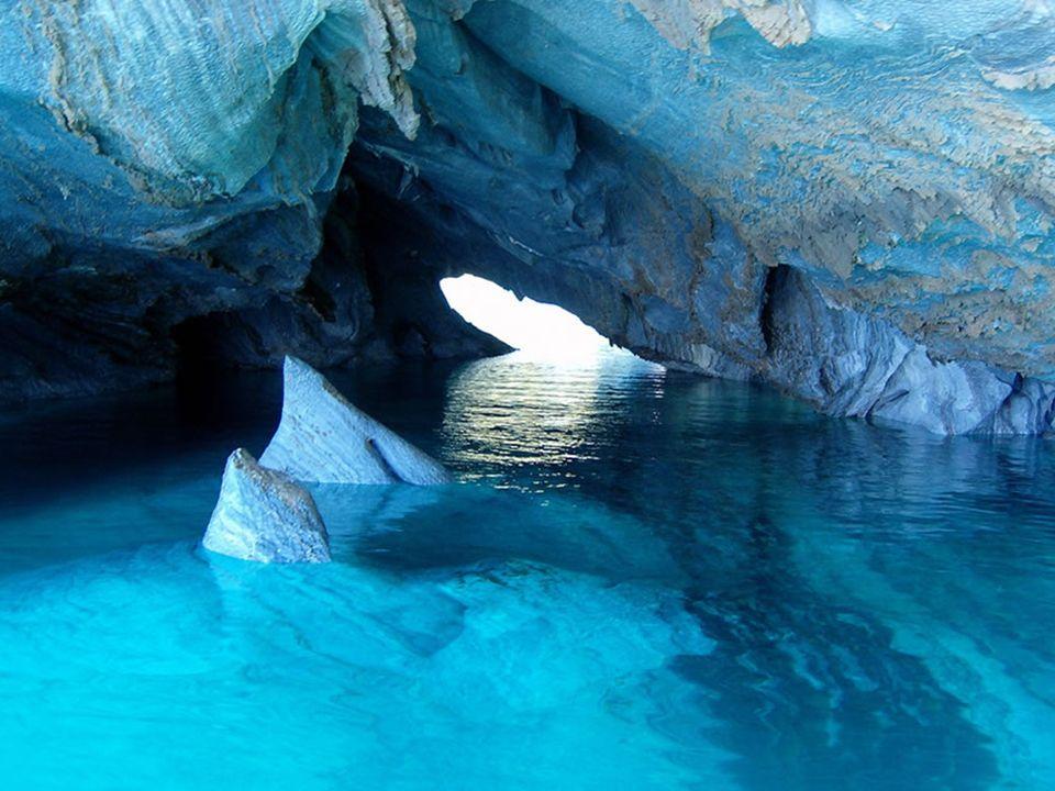 Marmurowe jaskinie najciekawiej wyglądają w godzinach przedpołudniowych i w południe, gdy słońce najbardziej ją rozświetla. W zależności od kąta padan