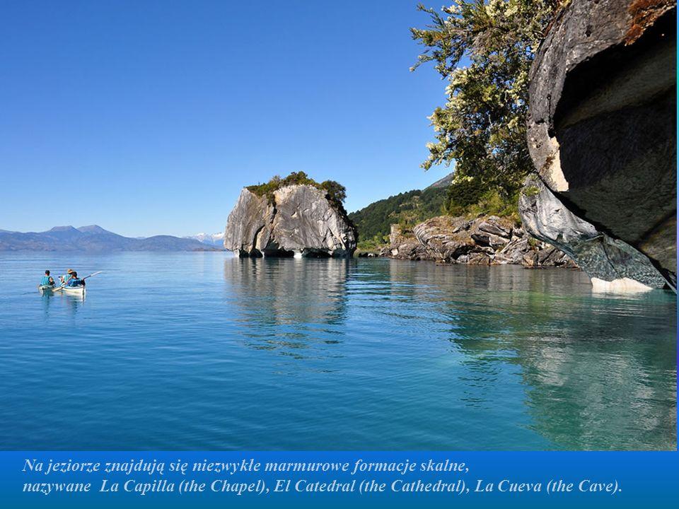 Na jeziorze znajdują się niezwykłe marmurowe formacje skalne, nazywane La Capilla (the Chapel), El Catedral (the Cathedral), La Cueva (the Cave).