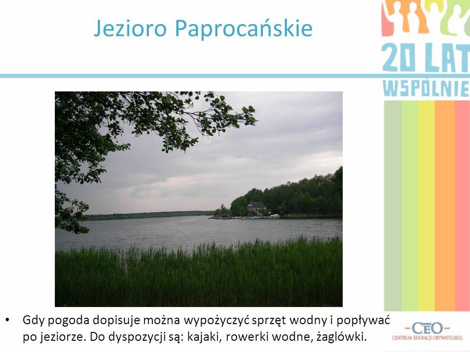 Jezioro Paprocańskie Gdy pogoda dopisuje można wypożyczyć sprzęt wodny i popływać po jeziorze.