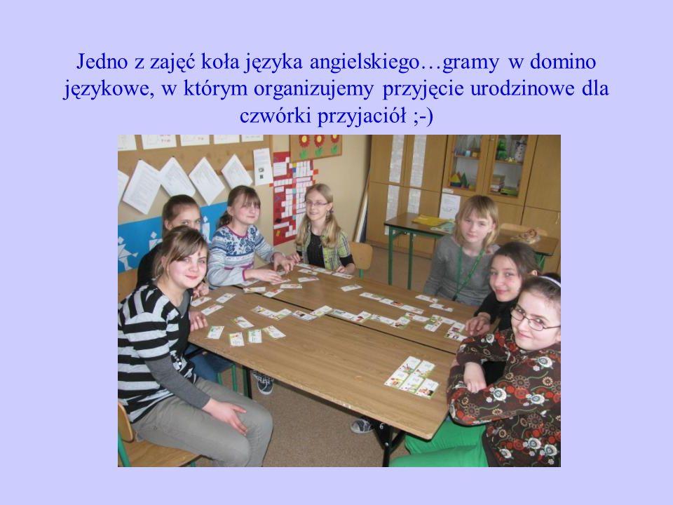 Jedno z zajęć koła języka angielskiego…gramy w domino językowe, w którym organizujemy przyjęcie urodzinowe dla czwórki przyjaciół ;-)