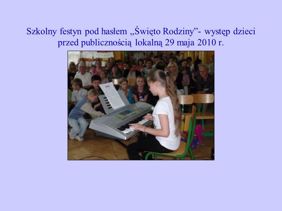 Szkolny festyn pod hasłem Święto Rodziny- występ dzieci przed publicznością lokalną 29 maja 2010 r.