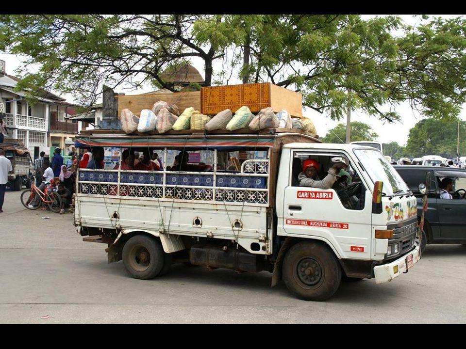 Transport odbywa się pieszo oraz na rowerach lub motocyklach. Środkiem transportu są również mocno zdezelowane autobusy i auta ciężarowe. Ciekawostka