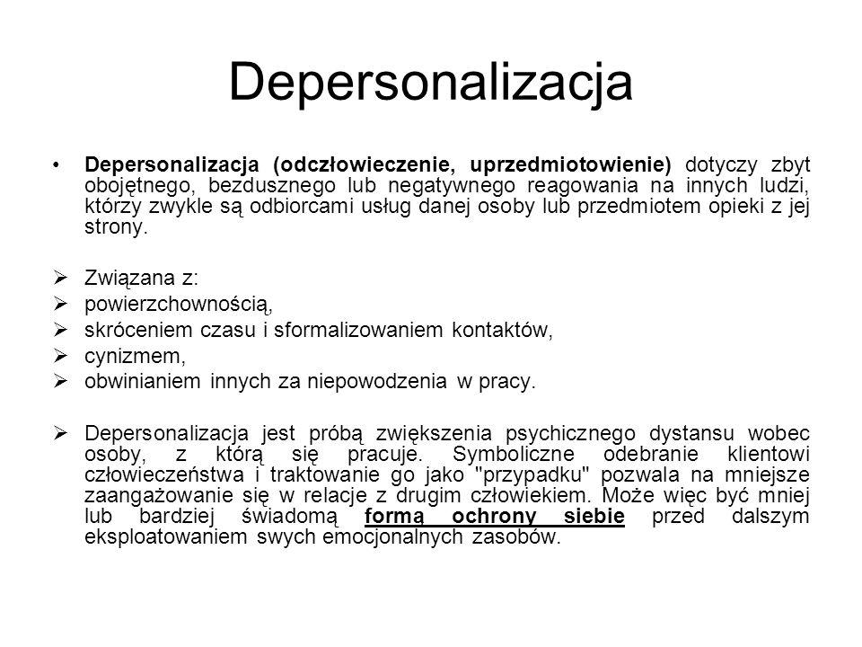 Depersonalizacja Depersonalizacja (odczłowieczenie, uprzedmiotowienie) dotyczy zbyt obojętnego, bezdusznego lub negatywnego reagowania na innych ludzi