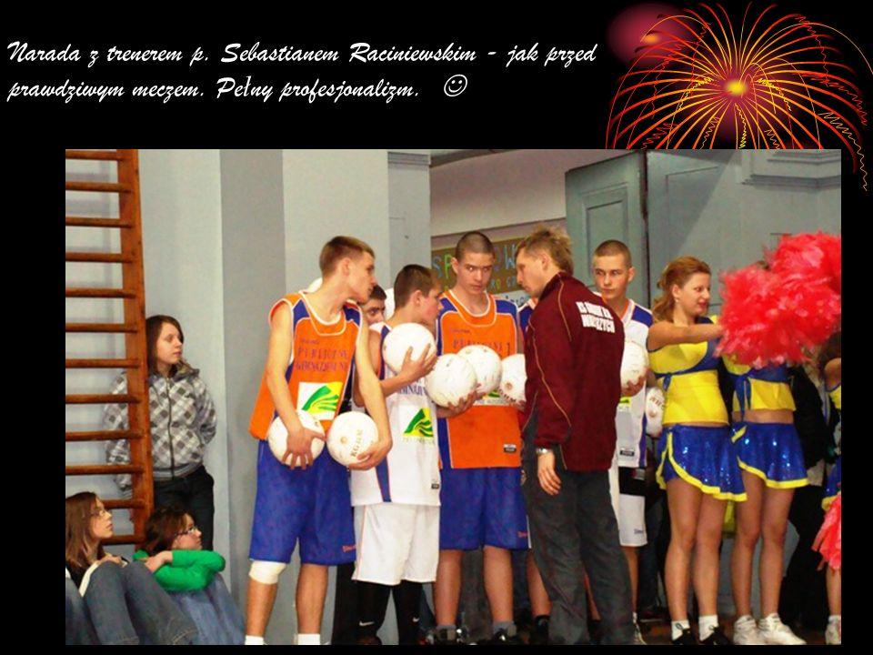 Narada z trenerem p. Sebastianem Raciniewskim - jak przed prawdziwym meczem.