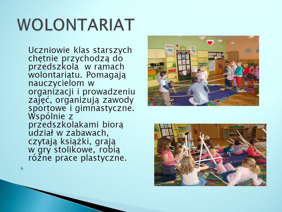 Uczniowie klas starszych chętnie przychodzą do przedszkola w ramach wolontariatu.