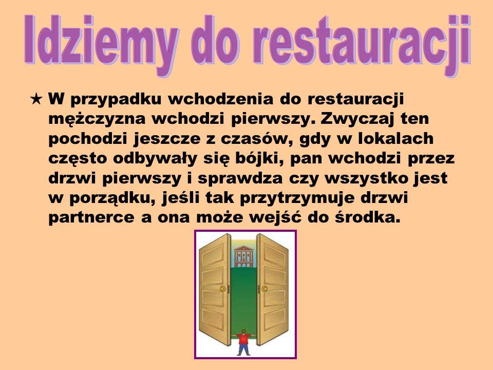 W przypadku wchodzenia do restauracji mężczyzna wchodzi pierwszy.