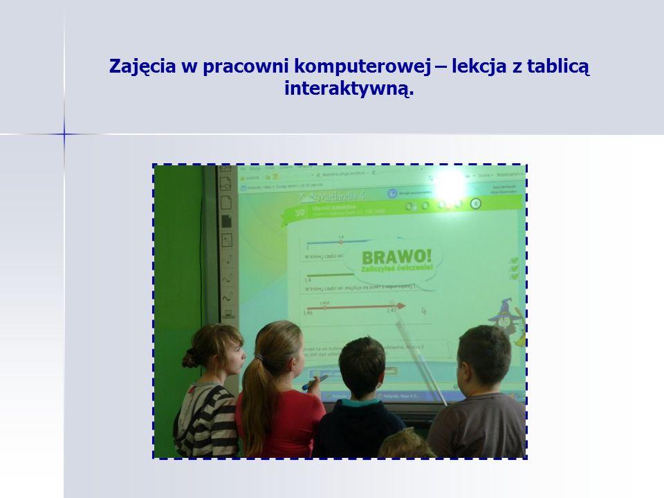 Zajęcia w pracowni komputerowej – lekcja z tablicą interaktywną.