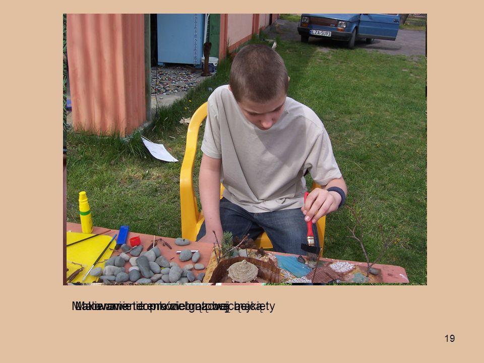 19 Malowanie terenu zieloną bejcąMalowanie domków brązową bejcą.Lakierowanie prawie gotowej makiety