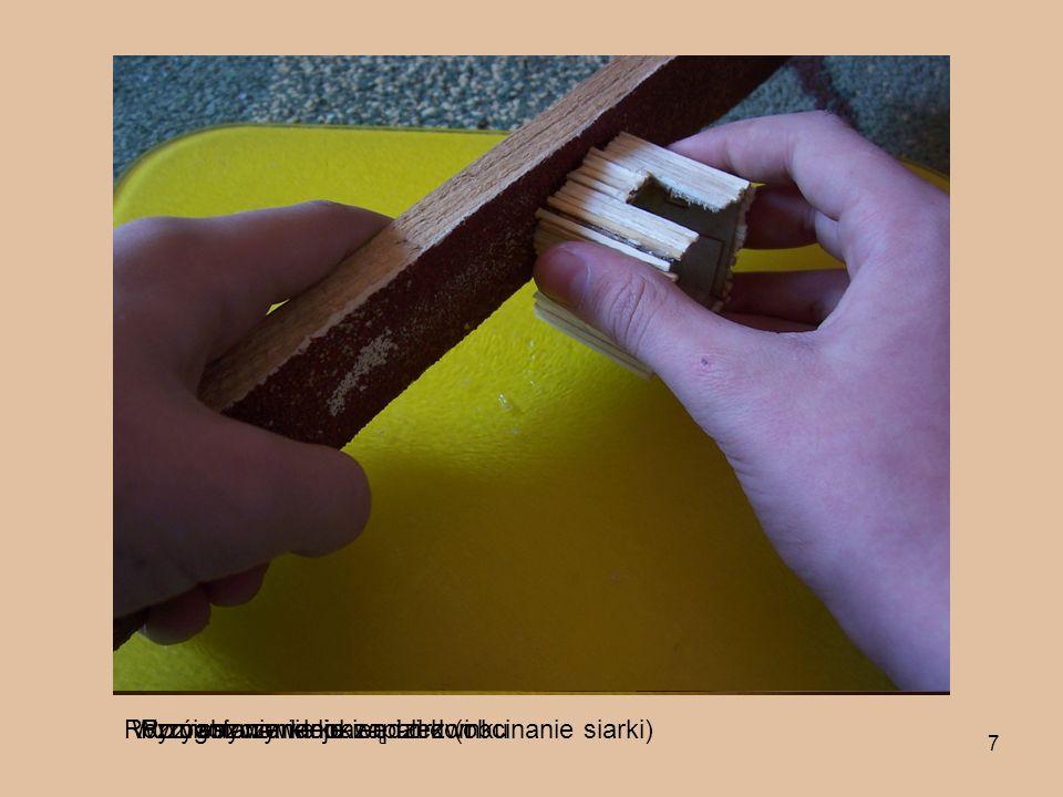 7 Przygotowywanie zapałek (obcinanie siarki)Rozrabianie klejuRozmieszczanie okien i drzwiWyrównywanie krawędzi domku