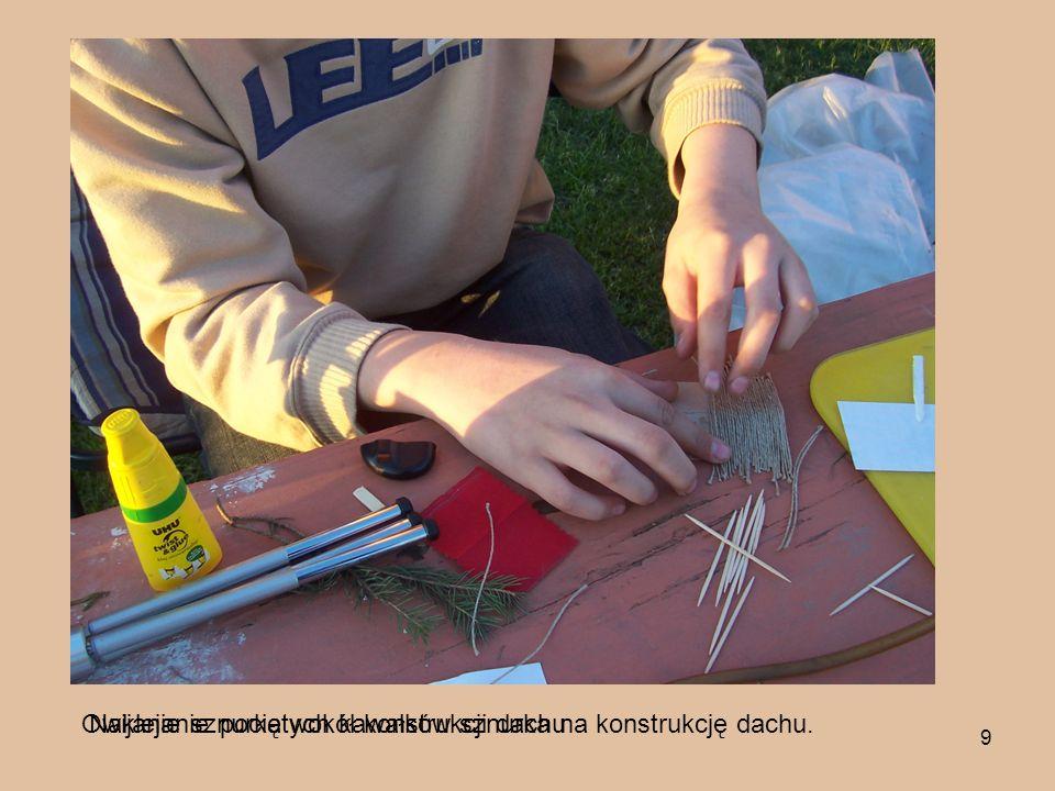 9 Owijanie sznurka wokół konstrukcji dachuNaklejanie pociętych kawałków sznurka na konstrukcję dachu.