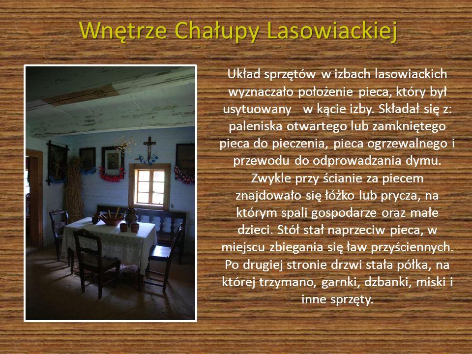 Wnętrze Chałupy Lasowiackiej Układ sprzętów w izbach lasowiackich wyznaczało położenie pieca, który był usytuowany w kącie izby. Składał się z: paleni