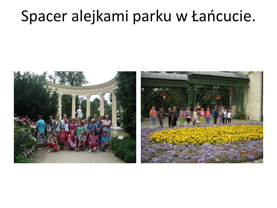 Spacer alejkami parku w Łańcucie.