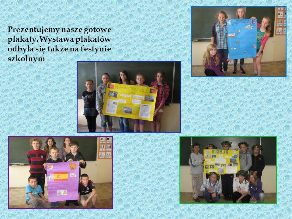 Grupa uczniów z kl.V b samodzielnie przygotowuje plakat o Grecji.