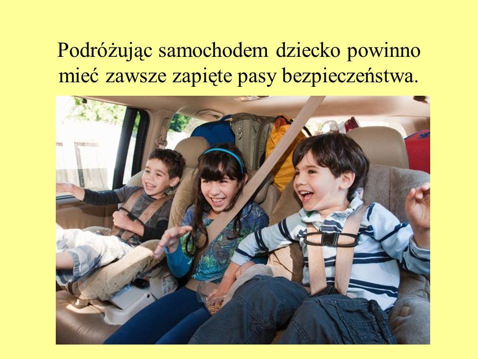 Podróżując samochodem dziecko powinno mieć zawsze zapięte pasy bezpieczeństwa.