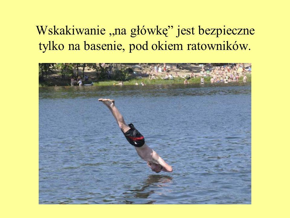 Wskakiwanie na główkę jest bezpieczne tylko na basenie, pod okiem ratowników.