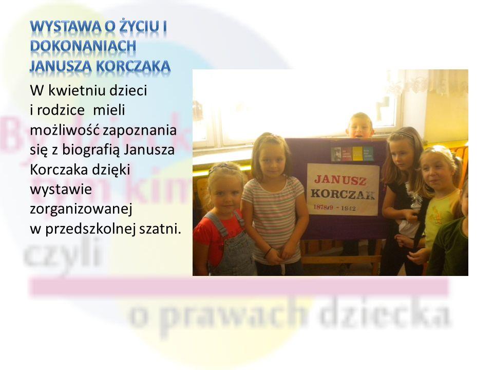 W kwietniu dzieci i rodzice mieli możliwość zapoznania się z biografią Janusza Korczaka dzięki wystawie zorganizowanej w przedszkolnej szatni.