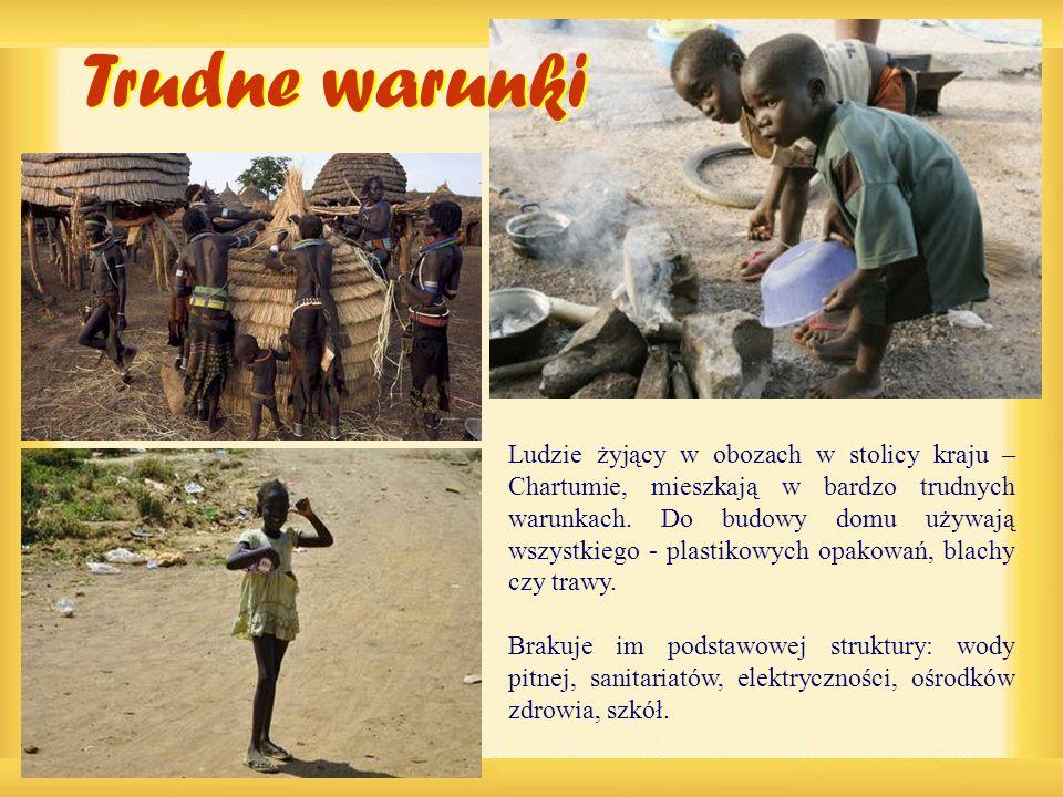 Ludzie żyjący w obozach w stolicy kraju – Chartumie, mieszkają w bardzo trudnych warunkach. Do budowy domu używają wszystkiego - plastikowych opakowań