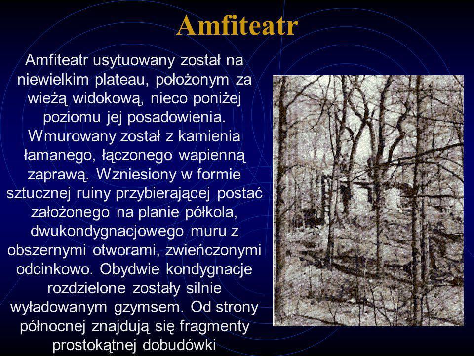 Amfiteatr Amfiteatr usytuowany został na niewielkim plateau, położonym za wieżą widokową, nieco poniżej poziomu jej posadowienia. Wmurowany został z k