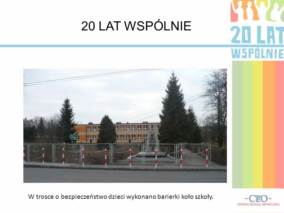 20 LAT WSPÓLNIE W trosce o bezpieczeństwo dzieci wykonano barierki koło szkoły.