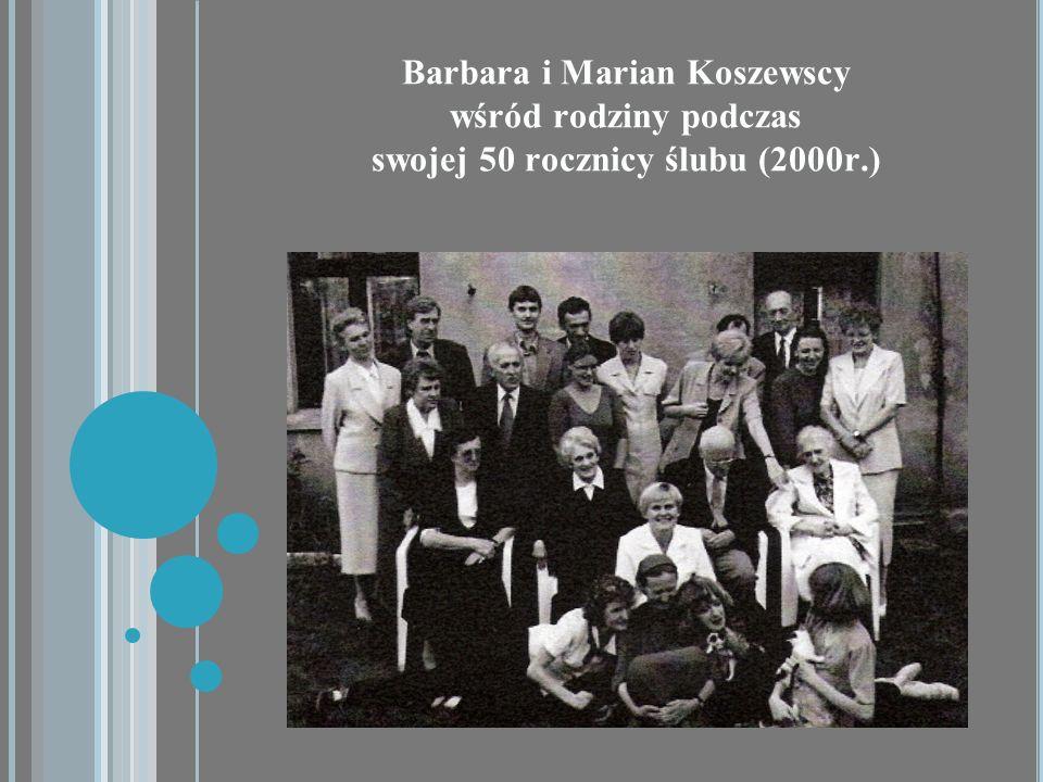 Barbara i Marian Koszewscy wśród rodziny podczas swojej 50 rocznicy ślubu (2000r.)