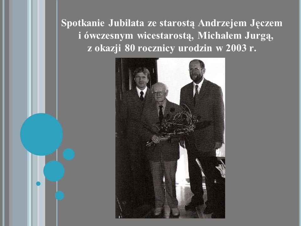 Spotkanie Jubilata ze starostą Andrzejem Jęczem i ówczesnym wicestarostą, Michałem Jurgą, z okazji 80 rocznicy urodzin w 2003 r.