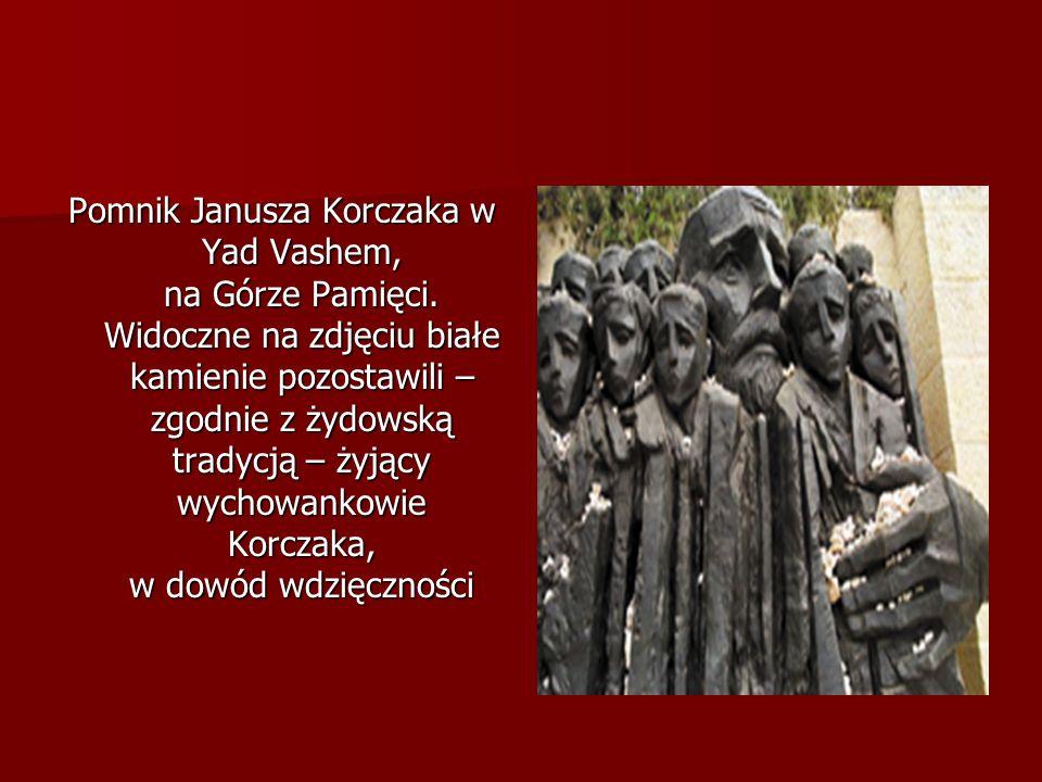 Pomnik Janusza Korczaka w Yad Vashem, na Górze Pamięci. Widoczne na zdjęciu białe kamienie pozostawili – zgodnie z żydowską tradycją – żyjący wychowan