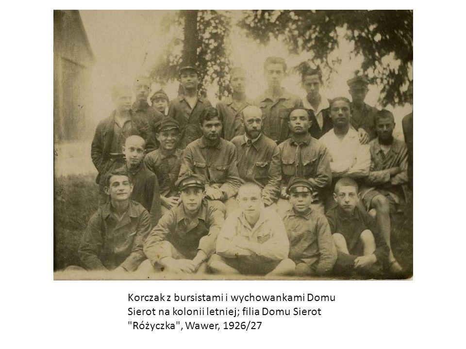Korczak z bursistami i wychowankami Domu Sierot na kolonii letniej; filia Domu Sierot Różyczka , Wawer, 1926/27