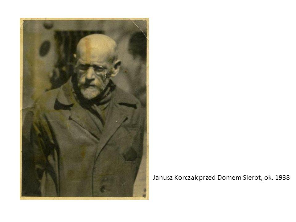 Janusz Korczak przed Domem Sierot, ok. 1938