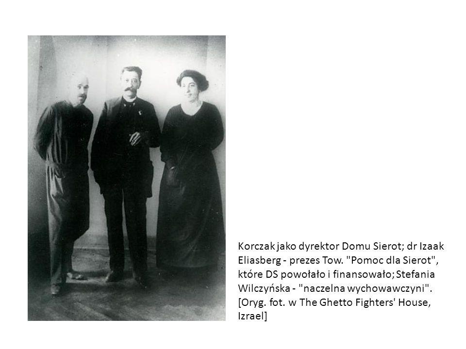 Janusz Korczak (w środku) wśród wychowawców na kolonii Towarzystwa Kolonii Letnich w ośrodku dla dzieci polskich Wilhelmówka, 1908