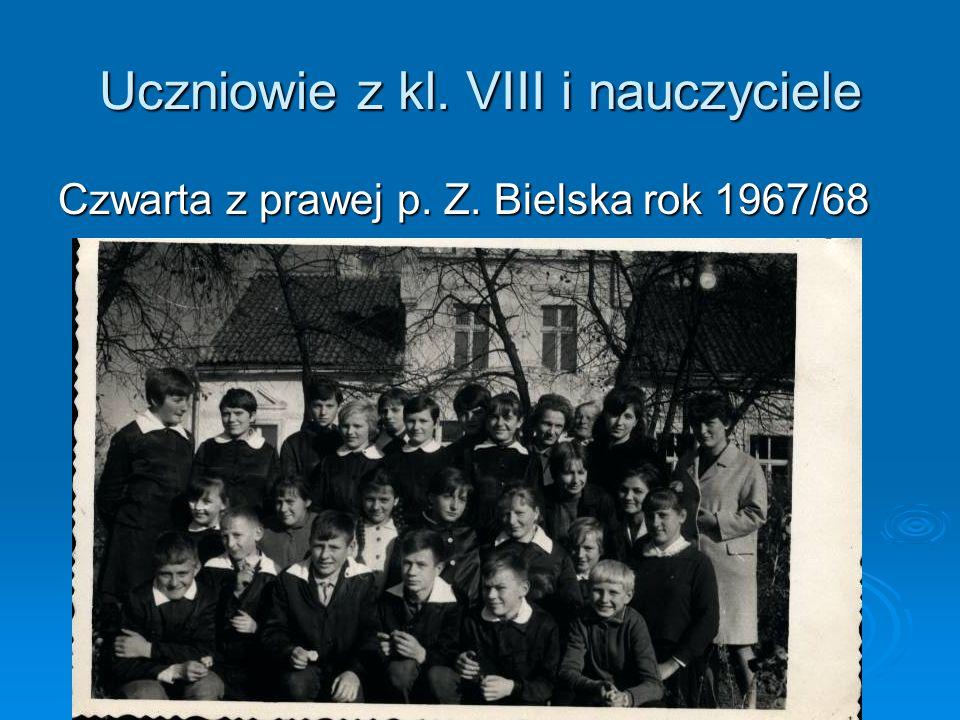 Uczniowie z kl. VIII i nauczyciele Czwarta z prawej p. Z. Bielska rok 1967/68