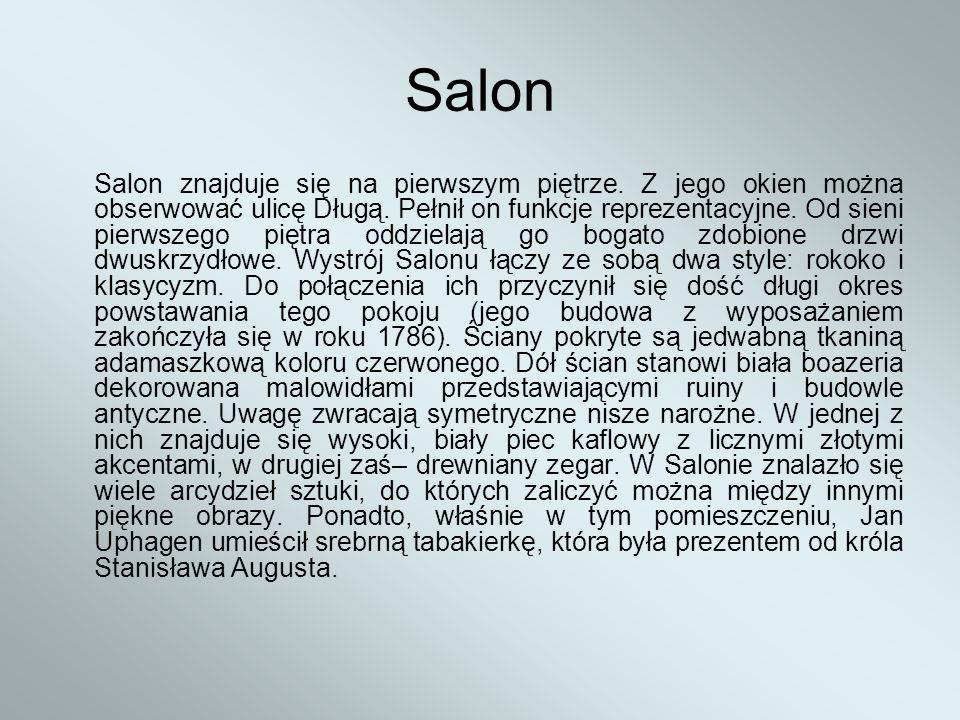 Salon Salon znajduje się na pierwszym piętrze. Z jego okien można obserwować ulicę Długą. Pełnił on funkcje reprezentacyjne. Od sieni pierwszego piętr