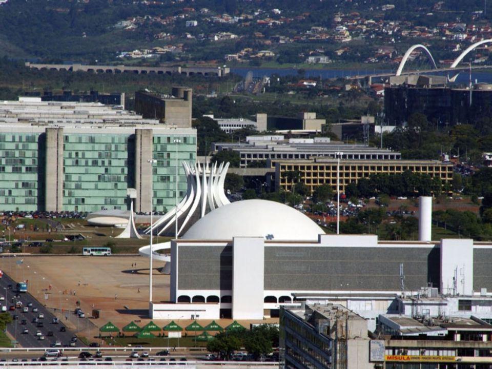 Palacio da Alvorada Oficjalna rezydencja prezydenta Brazylii Alvorada Palace, zaprojektowana przez architekta Oscara Niemeyer, ma 7,3 tysi ę cy metrów powierzchni, 6 apartamentów (najwi ę kszy ma 120 metrów), kino i sal ę koncertow ą, siłowni ę, podgrzewany basen Olimpijski, saun ę z pokojem do masa ż u i piwnic ę win na conajmniej 2 tys.