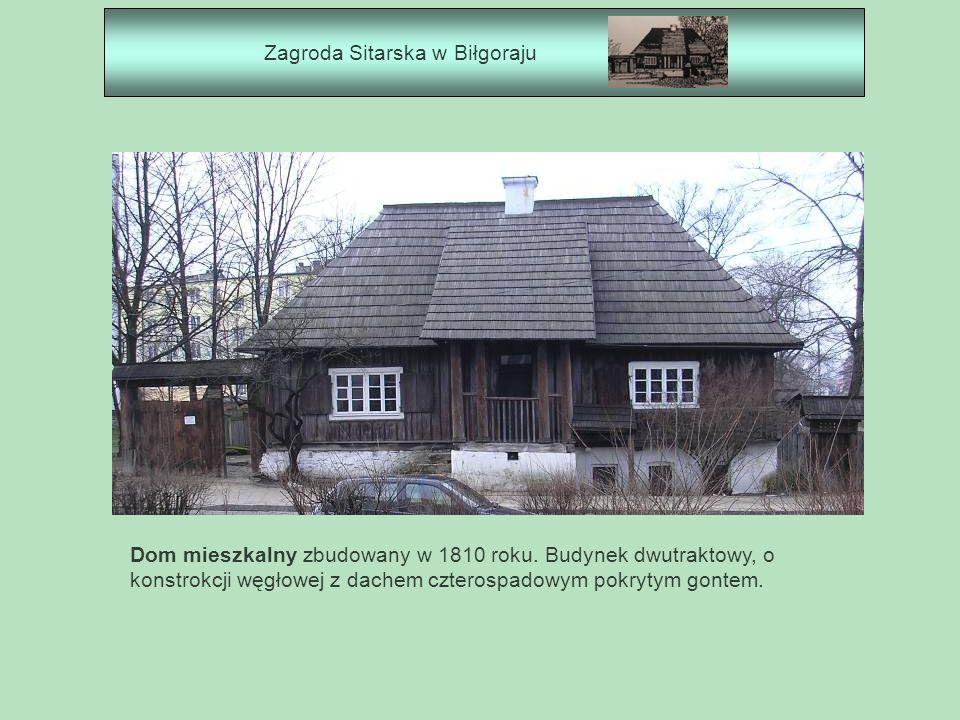 Zagroda Sitarska w Biłgoraju Dom mieszkalny zbudowany w 1810 roku. Budynek dwutraktowy, o konstrokcji węgłowej z dachem czterospadowym pokrytym gontem