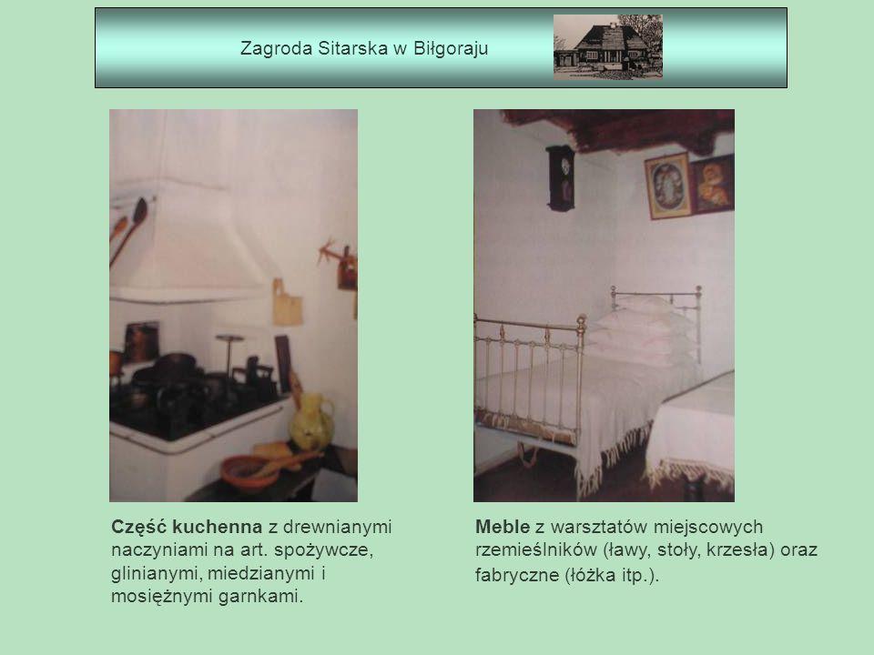 Zagroda Sitarska w Biłgoraju Część kuchenna z drewnianymi naczyniami na art. spożywcze, glinianymi, miedzianymi i mosiężnymi garnkami. Meble z warszta