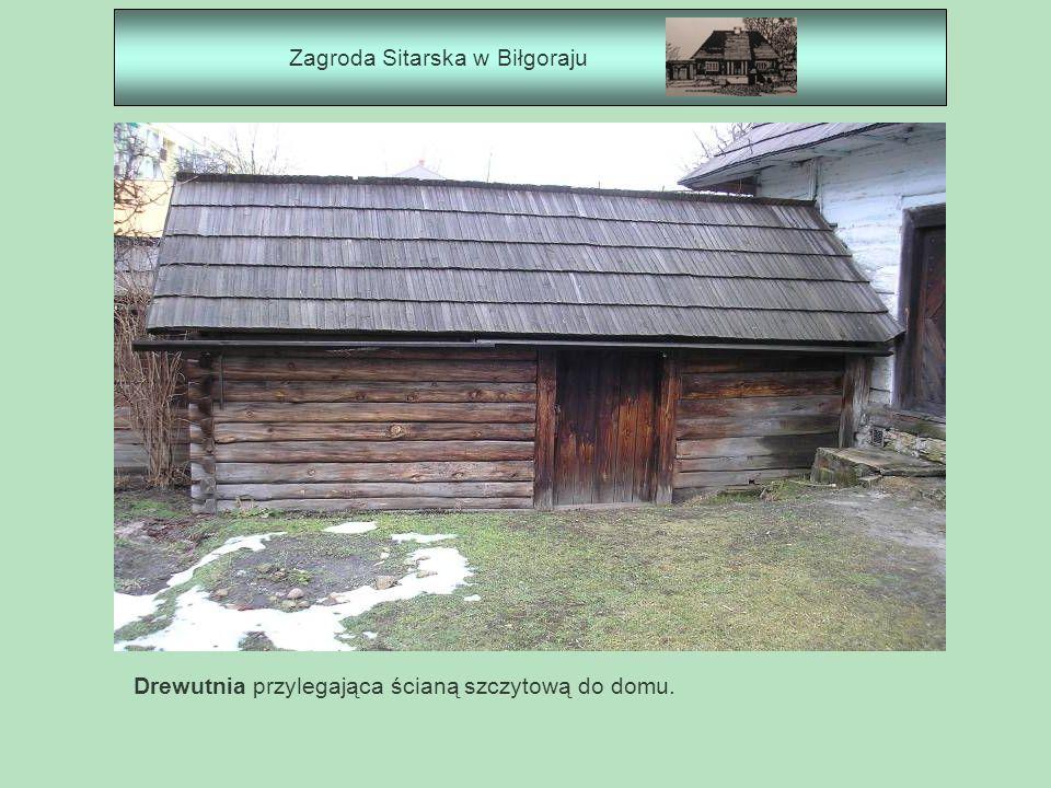 Zagroda Sitarska w Biłgoraju Drewutnia przylegająca ścianą szczytową do domu.