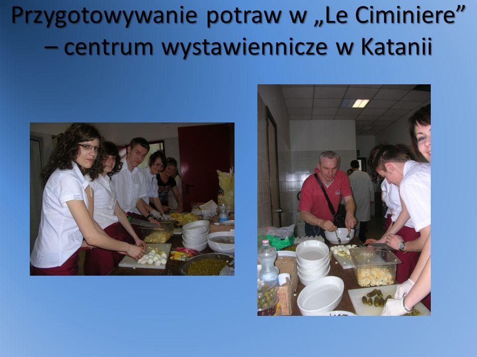 Przygotowywanie potraw w Le Ciminiere – centrum wystawiennicze w Katanii