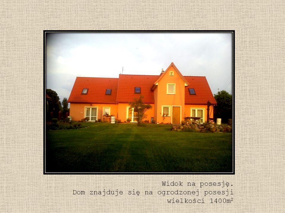 Widok na posesję. Dom znajduje się na ogrodzonej posesji wielkości 1400m 2