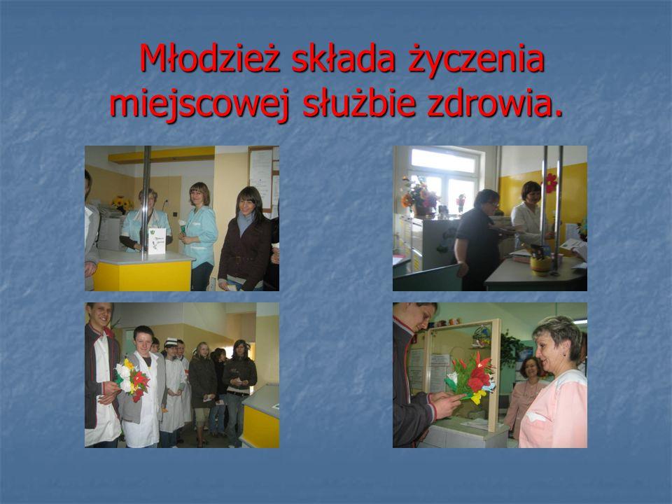 Młodzież składa życzenia miejscowej służbie zdrowia. Młodzież składa życzenia miejscowej służbie zdrowia.