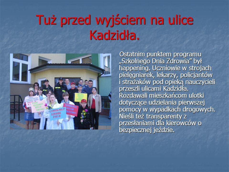 Tuż przed wyjściem na ulice Kadzidła. Ostatnim punktem programu Szkolnego Dnia Zdrowia był happening. Uczniowie w strojach pielęgniarek, lekarzy, poli