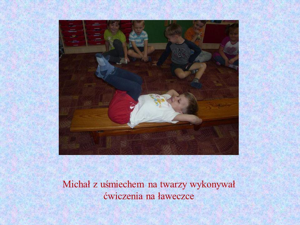 Michał z uśmiechem na twarzy wykonywał ćwiczenia na ławeczce