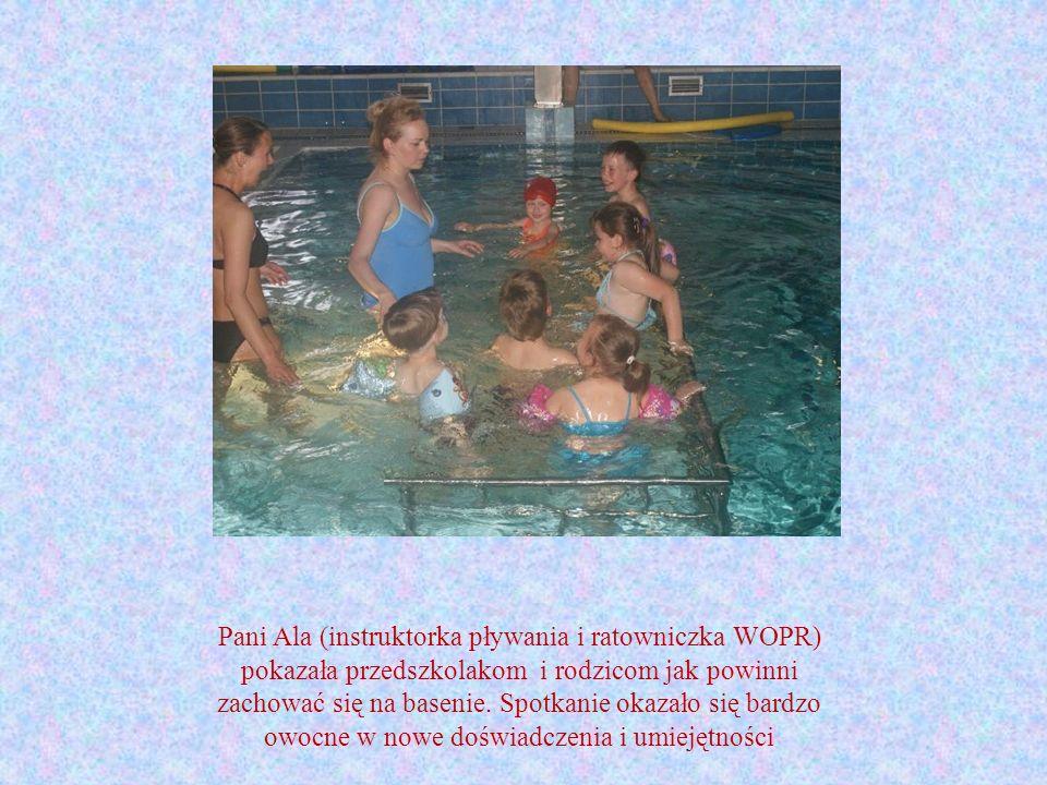 Pani Ala (instruktorka pływania i ratowniczka WOPR) pokazała przedszkolakom i rodzicom jak powinni zachować się na basenie. Spotkanie okazało się bard
