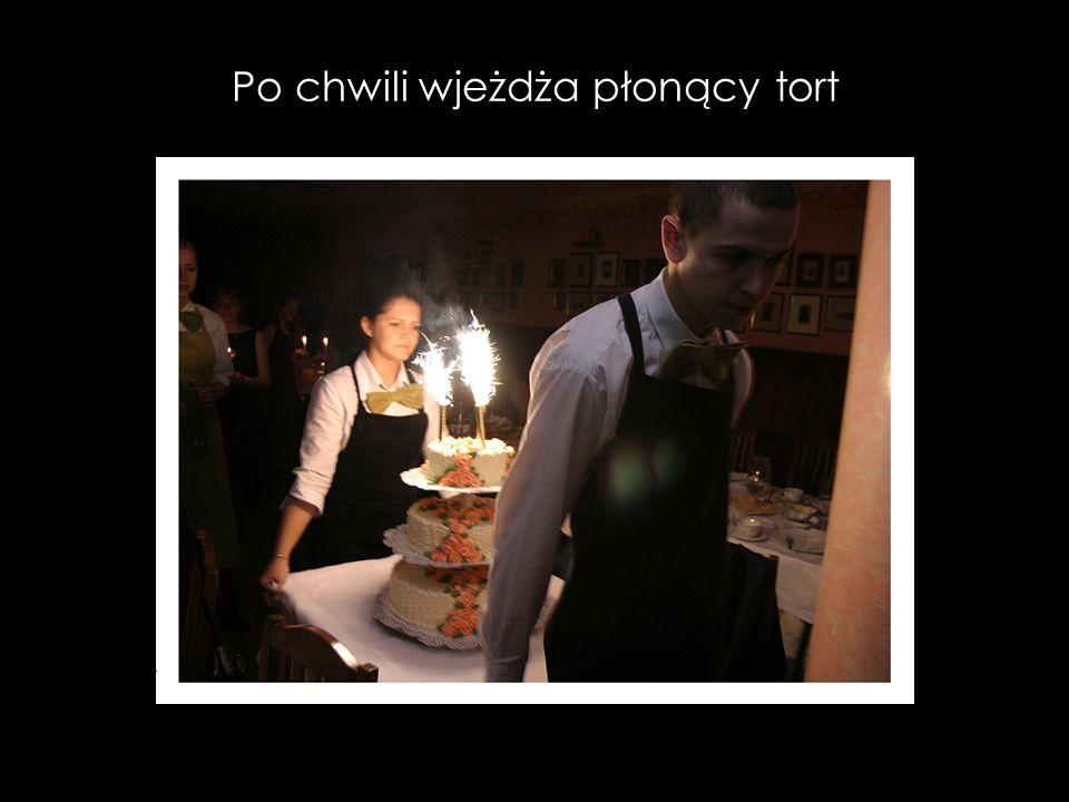 Po chwili wjeżdża płonący tort