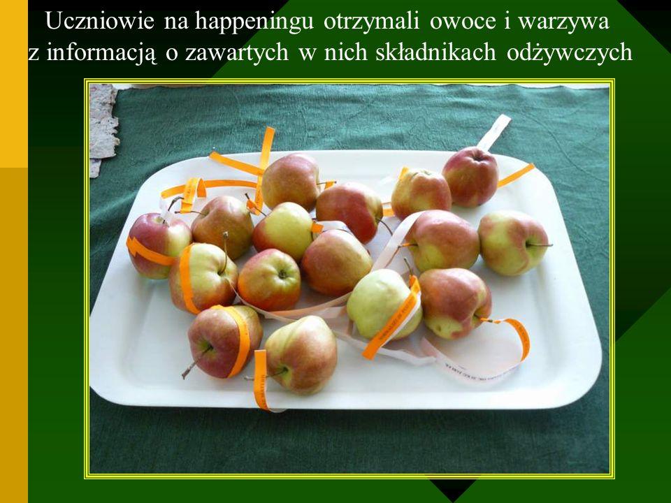 Uczniowie na happeningu otrzymali owoce i warzywa z informacją o zawartych w nich składnikach odżywczych