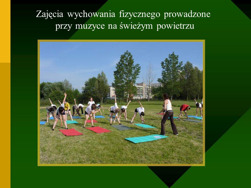 Zajęcia wychowania fizycznego prowadzone przy muzyce na świeżym powietrzu