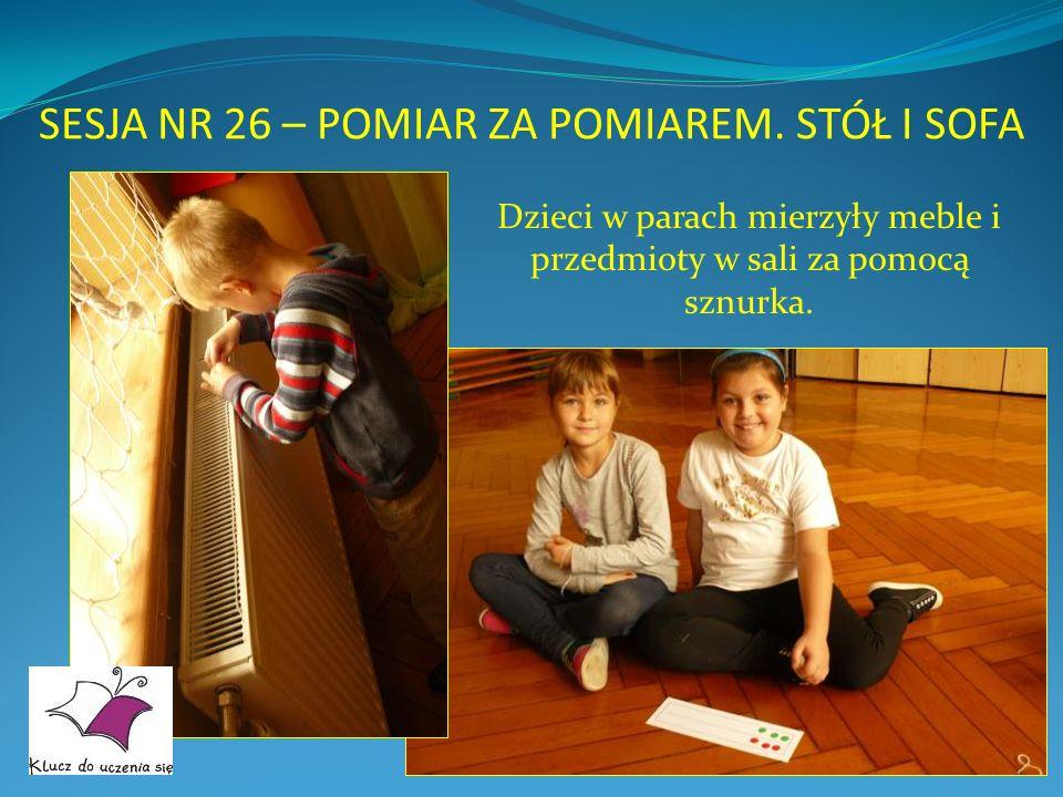 SESJA NR 26 – POMIAR ZA POMIAREM. STÓŁ I SOFA Dzieci w parach mierzyły meble i przedmioty w sali za pomocą sznurka.